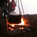 Kessel mit Tee über einem Lagerfeuer am Berggipfel Pitztal