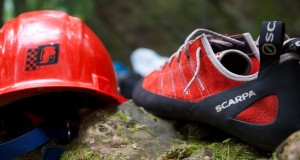 roter Helm und rote Kletterschuhe