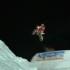 Motorrad springt über Sprungschanze aus Schnee