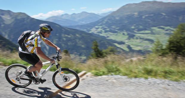 Mit dem Mountainbike talwärts mit Blick Richtung Piller (Pitztal)
