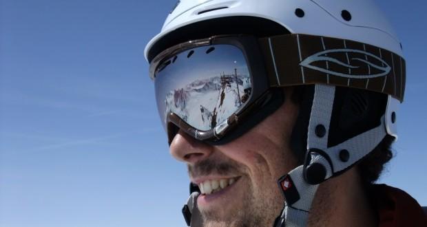 Mann mit Helm und verspiegelter Skibrille